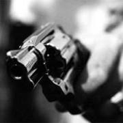 Segundo a Polícia Militar, uma das vítimas informou que ele e seus familiares foram surpreendidos por um homem armado que efetuou disparos de arma de fogo