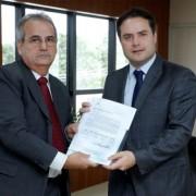 Renan Filho recebeu a lista do presidente do TCE/AL, Otávio Lessa; cabe agora ao governador a escolha de um dos nomes (Foto: Márcio Ferreira)