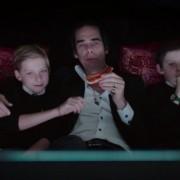 À esquerda, Arthur Cave, filho do músico Nick Cave, aparece no filme '20,000 Days on Earth' (Foto: Divulgação)