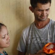 Genésio e Joseana Oliveira com o filho recém-nascido que foi diagnosticado com microcefalia, no Hospital Oswaldo Cruz, no Recife (RICARDO B. LABASTIER/Estadão Conteúdo)