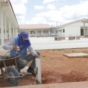 Obras estão aceleradas na nova unidade de ensino; Marlene Felix e Maria Andreza, moradoras de conjunto habitacional, comemoram construção da escola; obra tem área de dois metros quadrados, com estrutura de doze salas de aula, laboratórios de informática, recreio coberto, além de quadra poliesportiva. (Foto: Valdir Rocha)