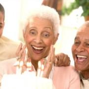 Além dos genes, os pais longevos podem transmitir fatores ambientais, como uma melhor educação. (Foto: Reprodução)