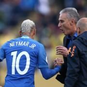 Tite cumprimenta Neymar pelo primeiro gol da seleção