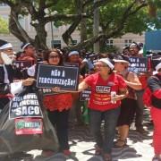 Servidores se concentram na porta da Assembleia Legislativa de Alagoas (Foto: Marcio Chagas/G1)