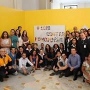 Funcionários do CCBB Rio posam ao lado de frase contra a homofobia após denúncia de casal de mulheres. Divulgação/CCBB Rio