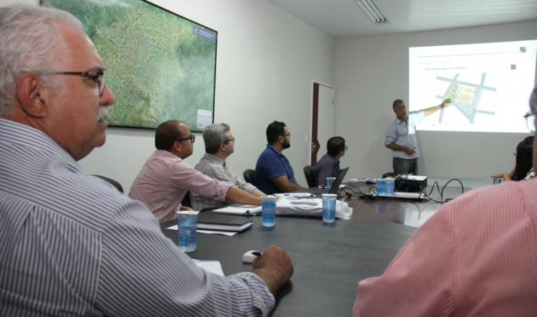 Rogério na apresentação de projeto arquitetônico