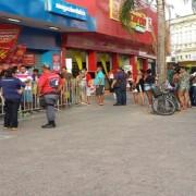 Consumidores fazem fila para aproveitar ofertas de loja no centro de Maceió (Foto: Heliana Gonçalves/TV Gazeta)