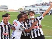 Jogadores comemoram gol que garantiu a vitória diante do Coruripe (Foto: Valdeir Góis/Ascom-ASA)