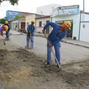 Equipes estão cumprindo uma força-tarefa de trabalho para deixar as ruas trafegáveis (Foto: Assessoria)