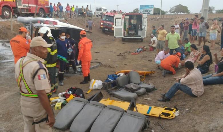 Muitos passageiros da van ficaram feridos (Foto: divulgação)