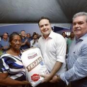 Secretário Álvaro Vasconcelos ao lado do governador Renan Filho e pequena agricultora, durante a disttribuição de grãos neste domingo na região Norte de Alagoas. Ascom