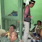 Sobreviventes recebem atendimento após incêndio em barco na Indonésia (Foto: Agência Nacional de Busca e Salvamento da Indonésia/AFP)