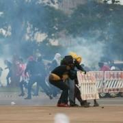 13dez2016---manifestantes-e-policiais-militares-entram-em-confronto-durante-protesto-na-esplanada-dos-ministerios-em-brasilia-contra-a-pec-55-que-preve-um-teto-de-gastos-para-o-governo-federal-durante-1481662731405_840x549