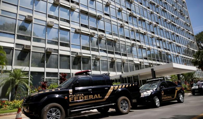 Carros da Polícia Federal em frente ao Ministério da Agricultura, em Brasília, durante operação Carne Fraca, da PF