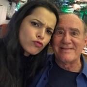 Emilly faz graça com Renato Aragão (Didi) no Projac.  Foto: Reprodução/Instagram