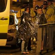 Mulheres usam capa térmica após explosão em Manchester (Foto: Andrew Yates / Reuters)