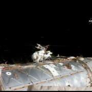 Astronauta Peggy Whitson é vista do lado de fora da Estação Espacial Internacional (ISS); caminhada espacial de emergência foi necessária para substituir computador que falhou neste sábado (Foto: Divulgaçãio/Nasa)