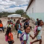 """Apenas sete, dos 67 municípios aptos a receberem o Selo do Fundo das Nações Unidas para Infância (Unicef) 2017-2020, formalizaram a adesão até o momento. O Selo é uma iniciativa do Unicef para estimular os municípios a implementarem políticas públicas, no intuito de reduzir as desigualdades sociais e garantir os direitos das crianças e dos adolescentes.  A Secretaria de Assistência e Desenvolvimento Social (Seades) tem trabalho junto a organização internacional a fim de estimular os municípios a aderirem ao Selo. Segundo o secretário Fernando Pereira, quando formalizada a adesão, os municípios estarão ainda mais envolvidos com a melhoria de indicadores sociais.  """"Estamos em um momento que o Governo do Estado tem lutado para transformar os indicadores sociais em diversas áreas, mas é preciso também da colaboração dos municípios para que as mudanças aconteçam, a adesão ao Selo é um dos passos rumo a essa transformação que estamos buscando"""", disse.  Até o momento, Campo Alegre, Joaquim Gomes, Junqueiro, Palmeira dos Índios, São Miguel dos Campos, São Sebastião e Teotônio Vilela formalizaram a adesão ao Selo 2017-2020.   As inscrições vão até o dia 31 de julho. A lista completa de municípios aptos está disponível em http://www.selounicef.org.br/. No site também é possível consultar o regulamento e documentação necessária.  Os municípios que registrarem avanços significativos ao fim do período de validação do selo receberão um certificado do Unicef e passarão a integrar o grupo de municípios reconhecidos internacionalmente por seus avanços em favor da infância e adolescência."""