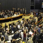 Deputados durante votação no plenário: sessão teve protesto contra o presidente, mas terminou com a confirmação da vitória do Planalto no início da noite (Foto: Ed Alves/CB/D.A Press)