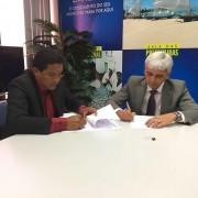 Assinatura do Termo foi feita pelo prefeito Júlio Cezar e o gerente regional de Governo Josuel Cardoso