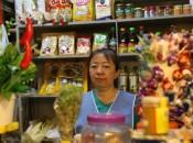 A feirante Kátia Nakamura está tentando segurar os preços para atrair o consumidorAntonio Cruz/Agência Brasil