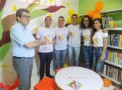 Professor Eugênio Gomes e alunos do Projeto Mulungu apresentando a sala reformada