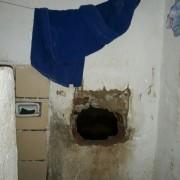 Presos abriram buraco na parede da única cela da delagacia de Novo Lino na madrugada de terça (20) (Foto: Arquivo pessoal)