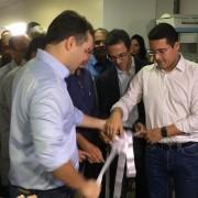 Governador Renan Filho e o secretário de estado da Saúde, Christian Teixeira (à dir.), inauguram leitos na Santa Mônica (Foto: Andréa Resende/G1)
