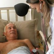 No conforto da sala da sua casa e em companhia da família, o aposentado João de Deus dos Santos, 91, recebe os cuidados do tratamento domiciliar (Fotos: Ascom/Ipaseal Saúde)