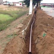 Obra de implantação da rede de distribuição de água está em andamento no Conjunto Coab Velha. Ascom