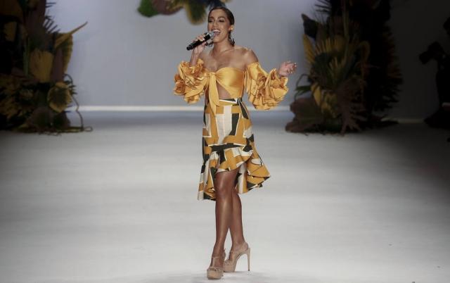 Anitta não esboçava tensão pré-estreia numa passarela de moda.