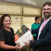 Superintendente Ricardo Lisboa entrega kit para aluna do programa Mulheres Mil. Valdir Rocha