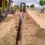 Trabalho de instalação da tubulução sendo finalizado pelos funcionários da Casal. Ascom Casal