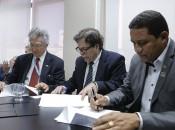 Reitor João Sampaio Filho, desembargador Tutmés Airan e prefeito Júlio Cézar assinaram convênio para a instalação do Cejusc em Palmeira dos Índios. Foto: Anderson Moreira